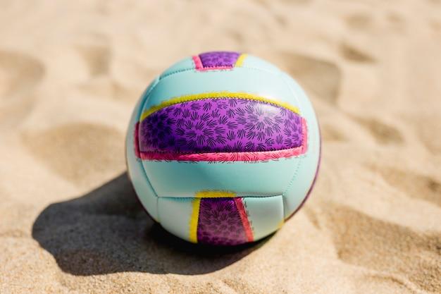 Pelota en la playa de arena