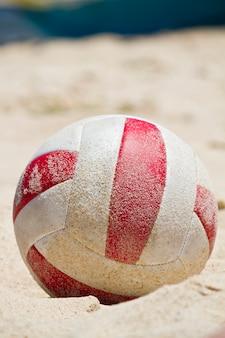 Pelota de playa en la arena