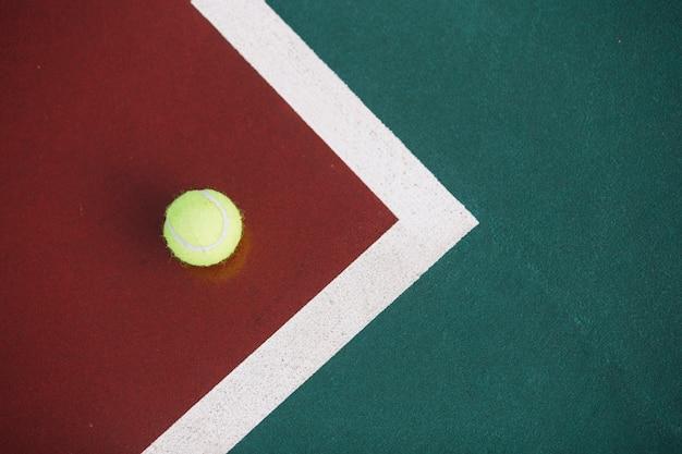 Pelota de tenis en el campo