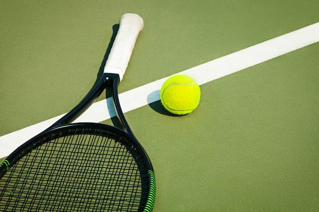 Pelota de tenis en una cancha de tenis