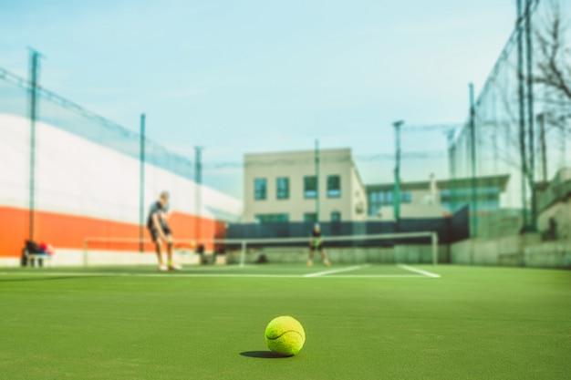 La pelota de tenis en una cancha de tenis