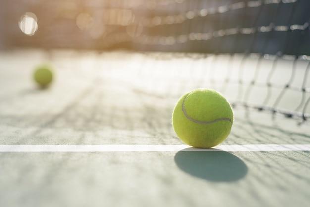 Pelota de tenis en el fondo neto de desenfoque