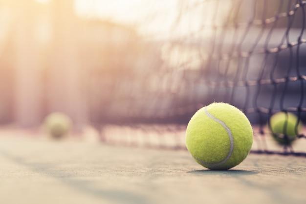 Pelota de tenis golpeando la red de tenis en la cancha de tenis con espacio de copia.