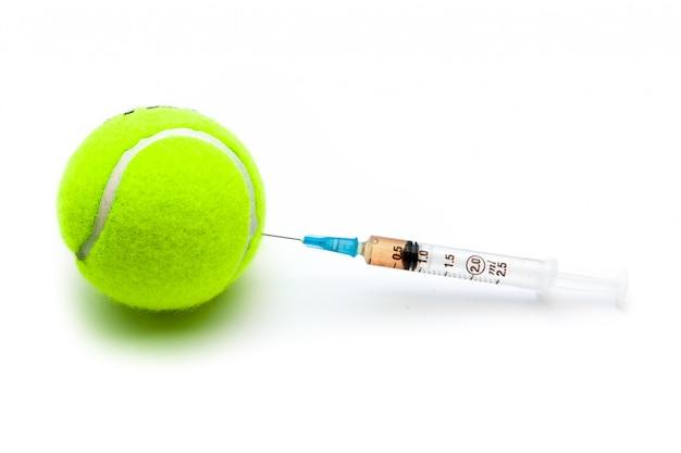 Pelota de tenis con una jeringa