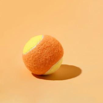 Pelota de tenis mínima naturaleza muerta