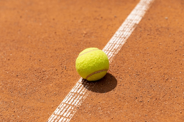 Pelota de tenis de primer plano en la cancha