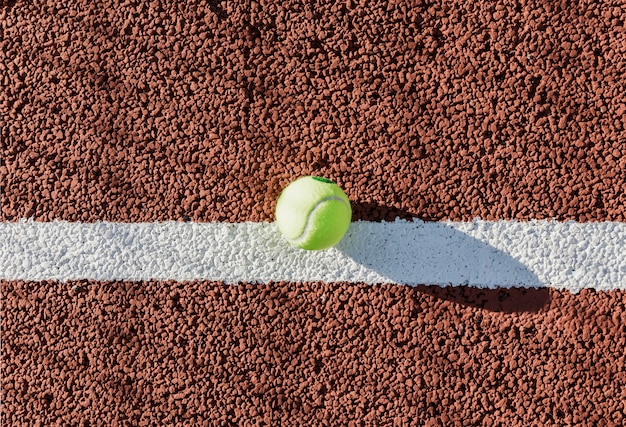 Pelota de tenis en vista superior de la cancha