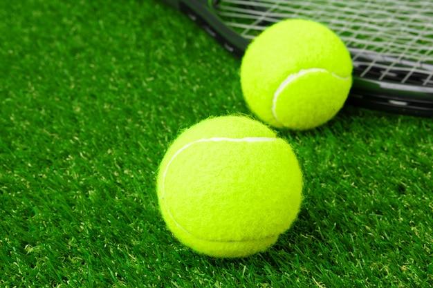 Pelotas de tenis en la hierba de cerca. equipo de tenis