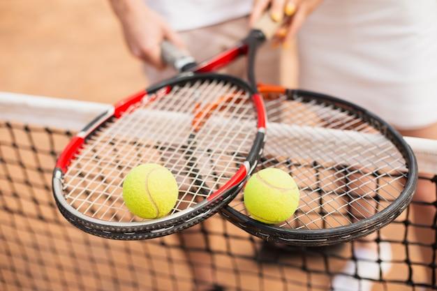 Pelotas de tenis en primer plano en la parte superior de las raquetas