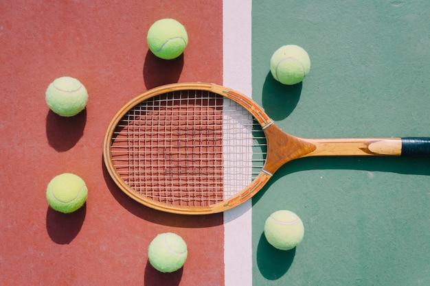 Pelotas de tenis y raqueta en simetría