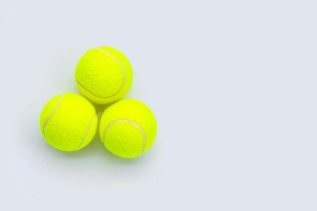 Pelotas de tenis sobre superficie blanca