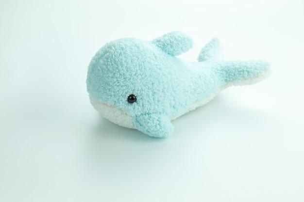 Peluche de delfín aislado sobre fondo blanco corto de estudio
