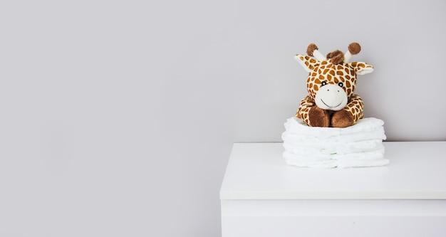 Peluche infantil jirafa y pañales para bebés