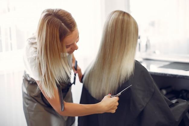 Peluquería cortó el cabello de su cliente en una peluquería