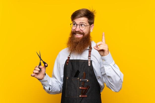 Peluquero con barba larga en un delantal