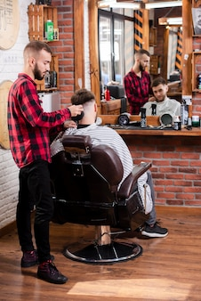 Peluquero completo que hace que el cabello se vea perfecto