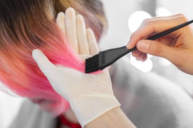 Peluquero hace peinado de mujer.