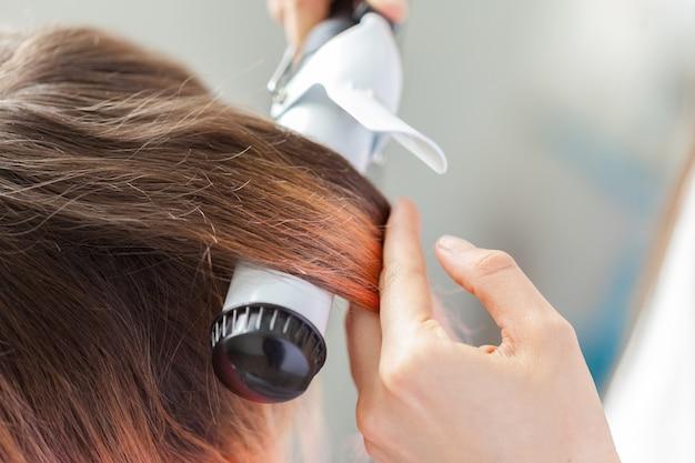 Peluquero hace peinado de mujer