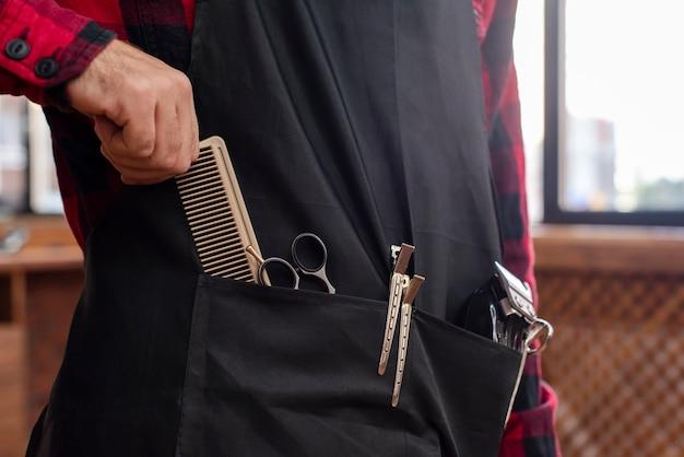 Peluquero con herramientas esperando cliente