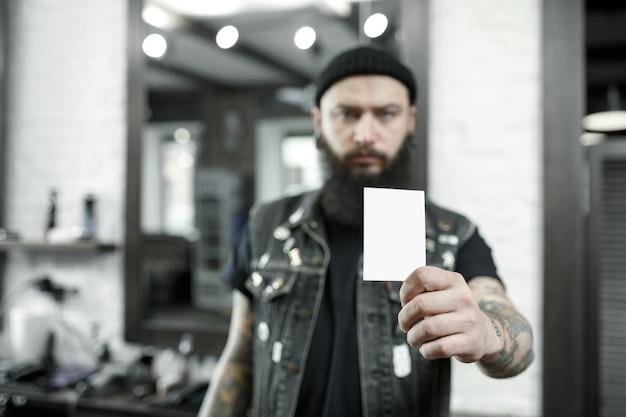Peluquero masculino contra un fondo de peluquería.