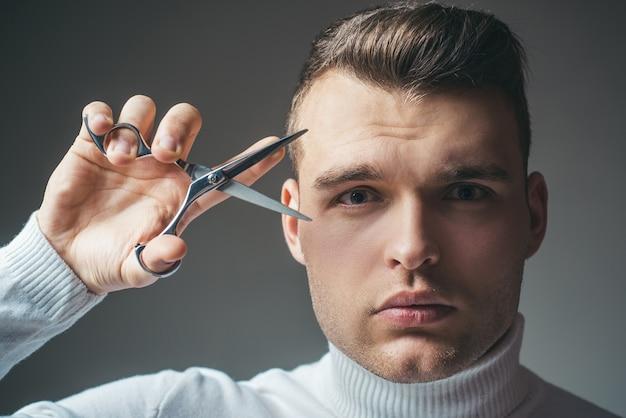 Peluquero peinado brillante mantenga tijeras de acero