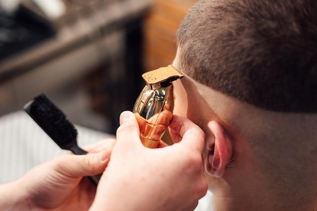 Peluquero peluquero cortes cliente en salón
