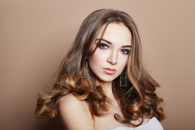 Pendientes de joyería de pelo de chica rubia joven sexy