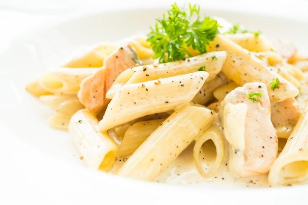 Penne carbonara pasta con salmón
