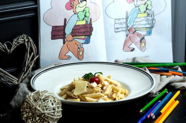 Penne pasta con champiñones, pollo y parmesano