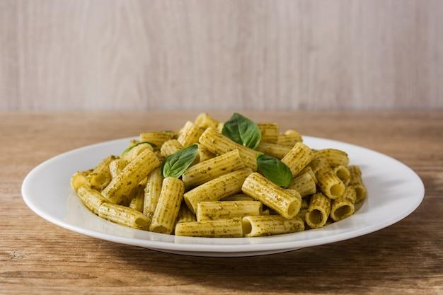 Penne pasta con salsa de pesto