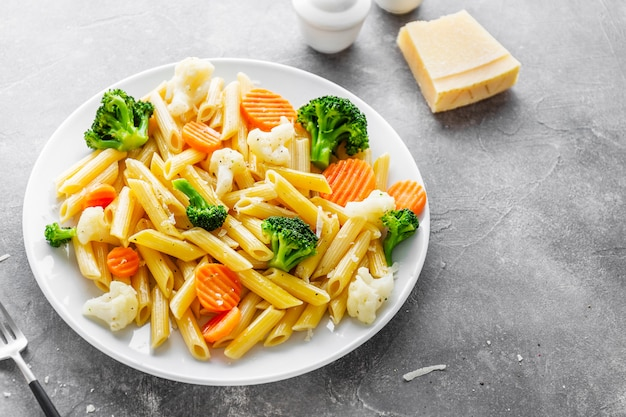 Penne pasta saludable con verduras en plato