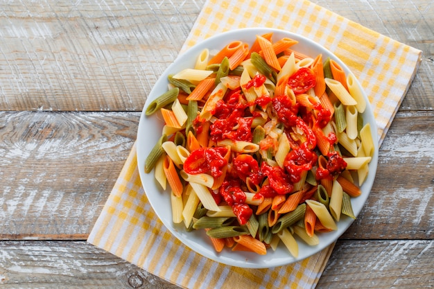 Penne pasta con tomate, salsa en un plato