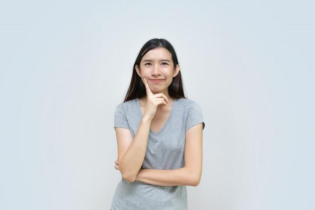 Pensamiento asiático atractivo de la mujer aislado, chica joven asiática hermosa