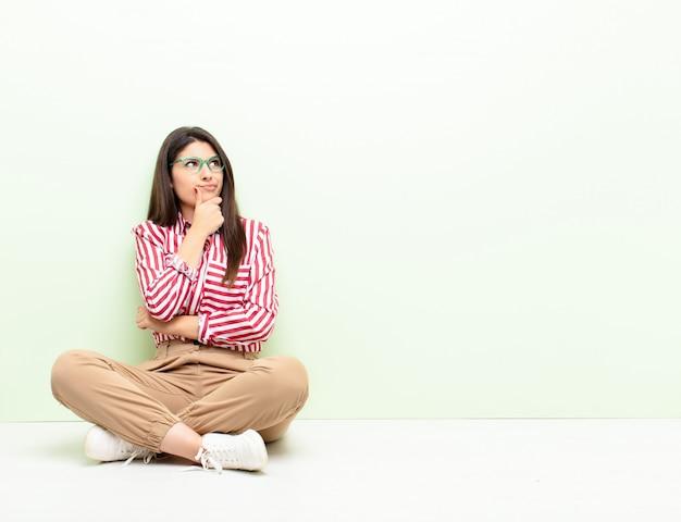 Pensando, sintiéndose dudoso y confundido, con diferentes opciones, preguntándose qué decisión tomar