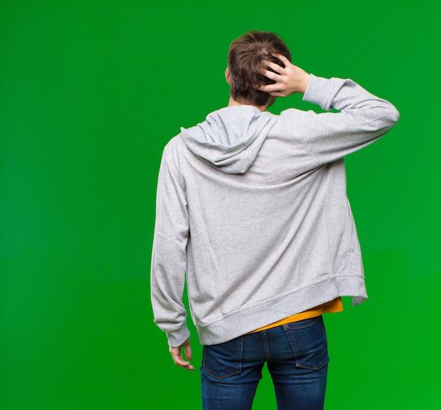 Pensar o dudar, rascarse la cabeza, sentirse confundido y confundido, vista posterior o posterior