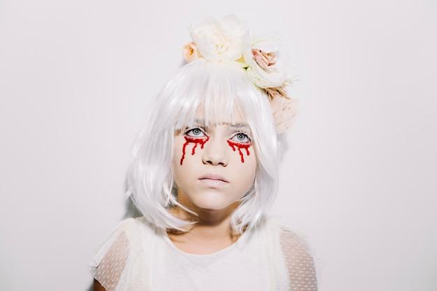 Pensativa niña con lágrimas de sangre