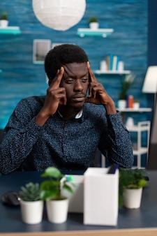 Pensativo estudiante afro pensando en el proyecto de gestión en línea