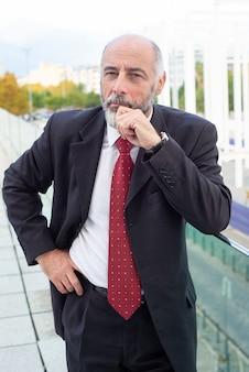 Pensativo exitoso empresario de cabello gris