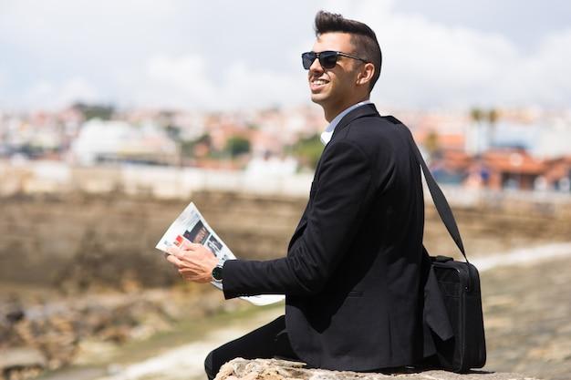 Pensativo hombre de negocios soñando con grandes objetivos