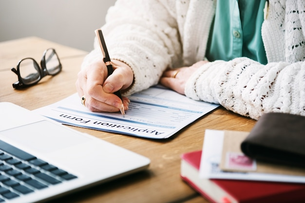 Pensionista completando formulario