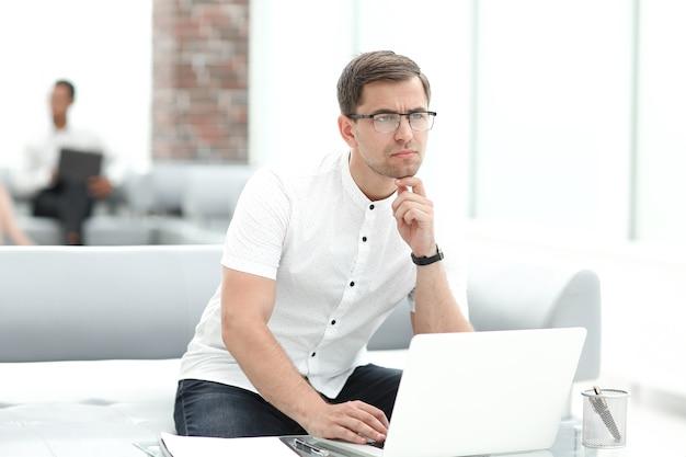 .penso empresario sentado en el vestíbulo del centro de negocios.
