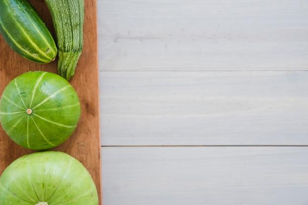 Pepino; calabacín y calabaza en la tabla de cortar sobre la mesa