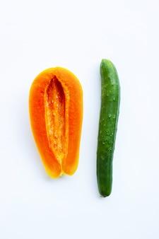 Pepino y papaya en el fondo blanco. concepto de sexo