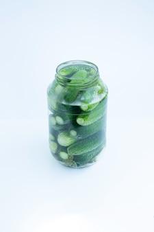 Pepinos en un frasco de vidrio transparente