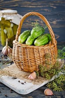 Pepinos en vinagre en la cesta