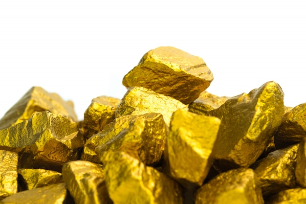 Pepitas de oro o mineral de oro sobre fondo blanco