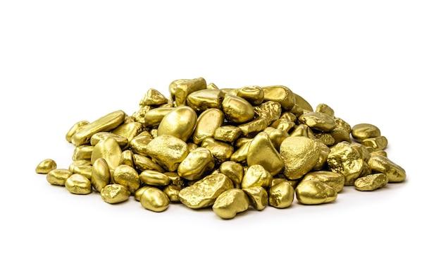 Pepitas de oro reales amontonadas sobre fondo blanco aislado, concepto de minería de piedras raras