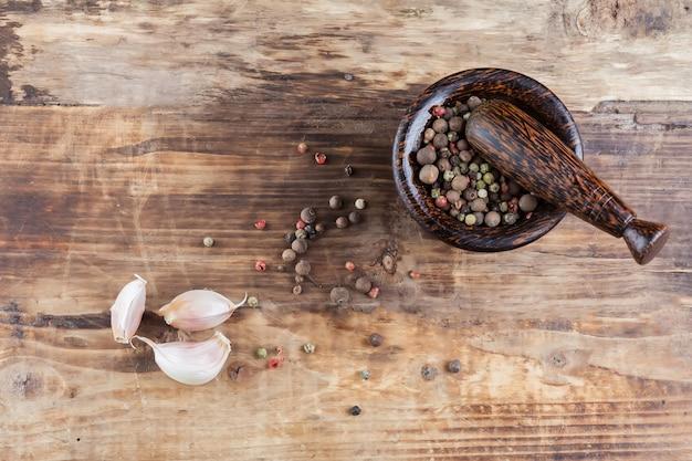 Pepperand negro y ajo en mesa de madera