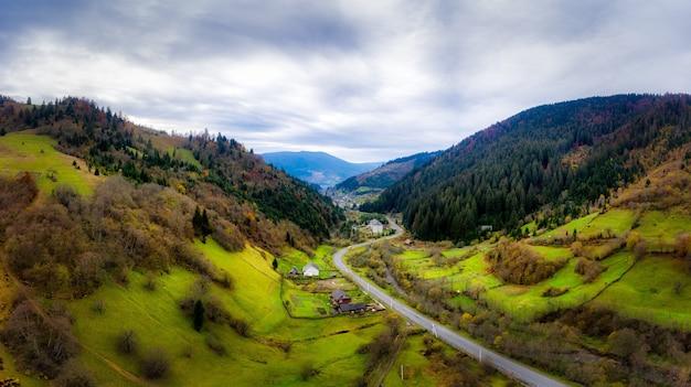 Pequeña aldea en un valle de montaña de los cárpatos en un día de otoño