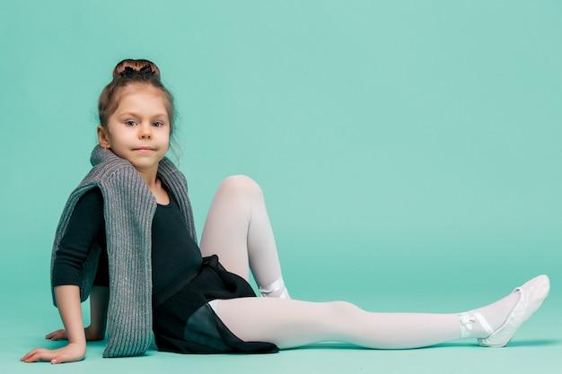 La pequeña bailarina de balerina en el espacio azul